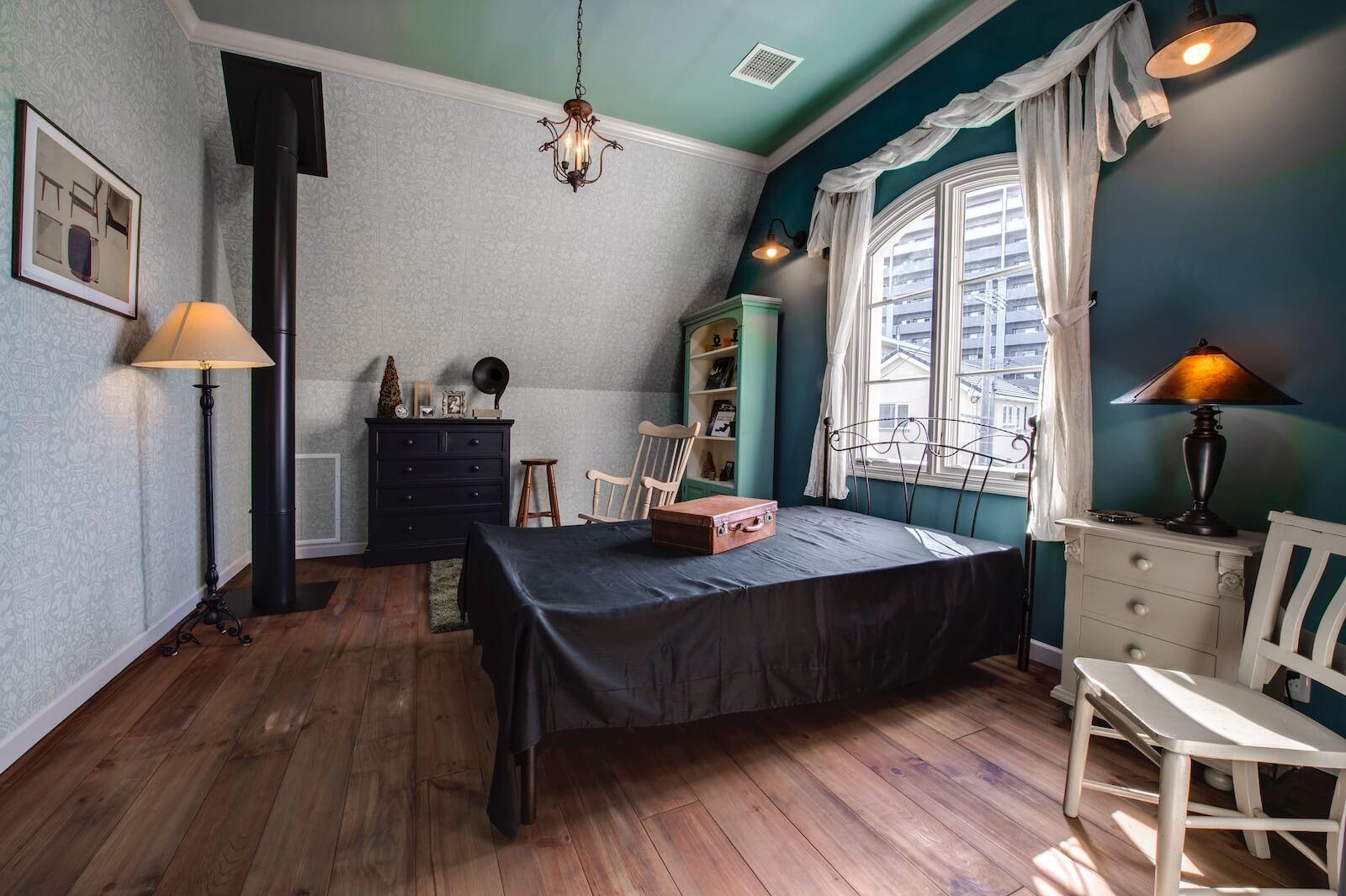 プロヴァンスのビルトインガレージ輸入住宅の寝室
