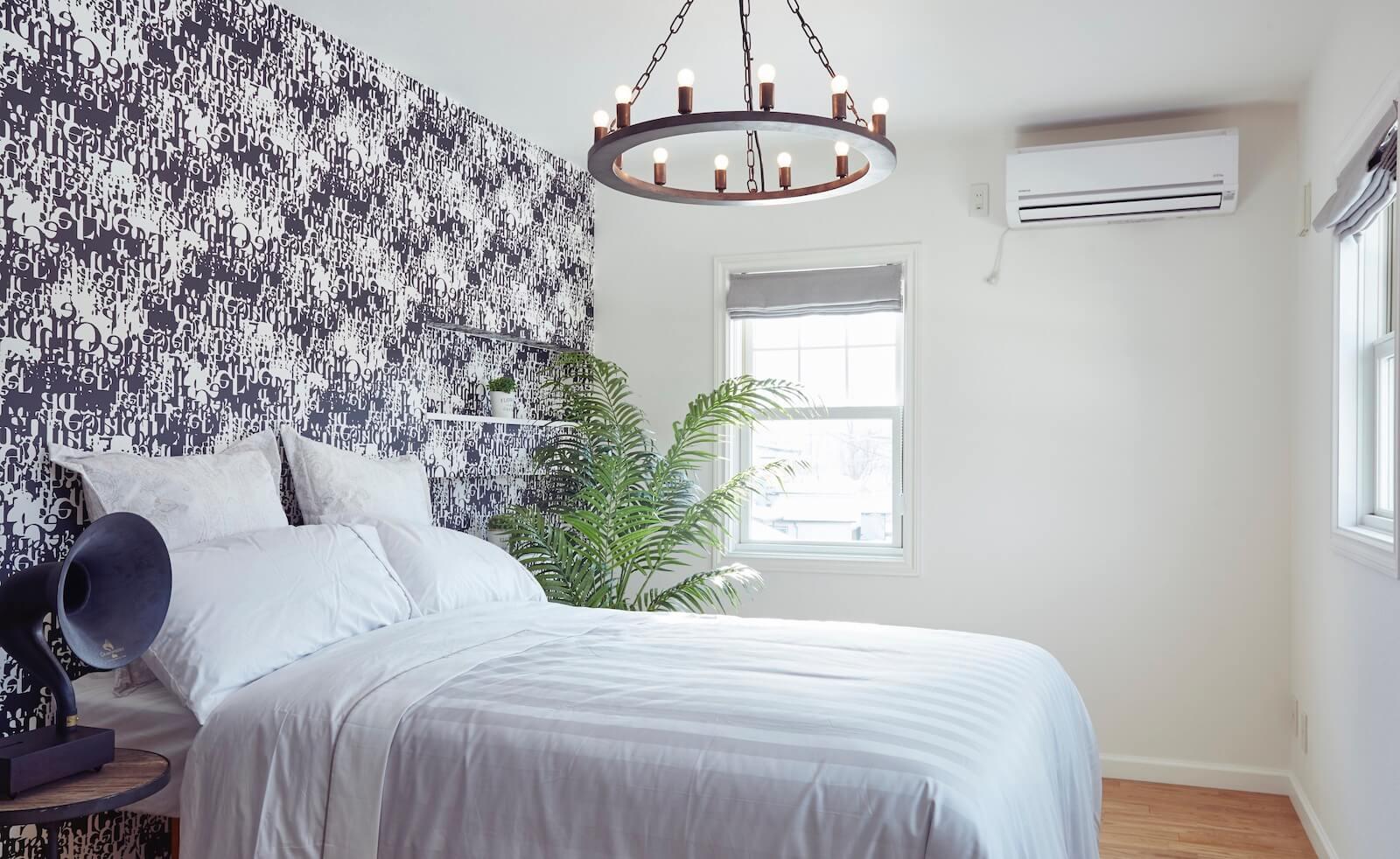 ビルトインガレージのアーリーアメリカンスタイルの輸入住宅の寝室