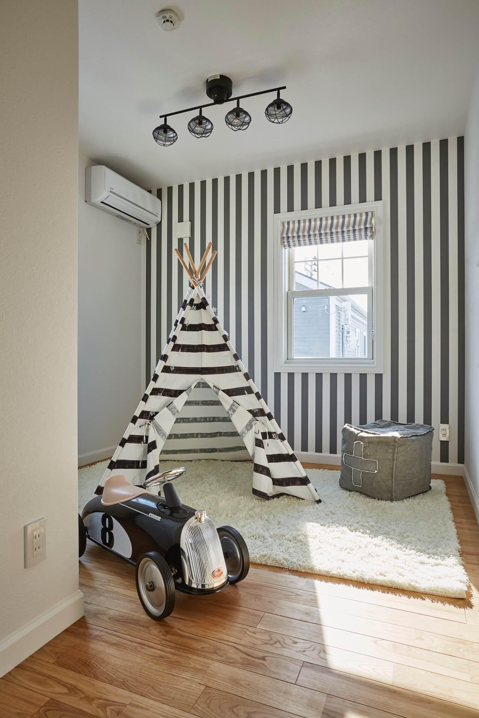 ビルトインガレージのアーリーアメリカンスタイルの輸入住宅の部屋