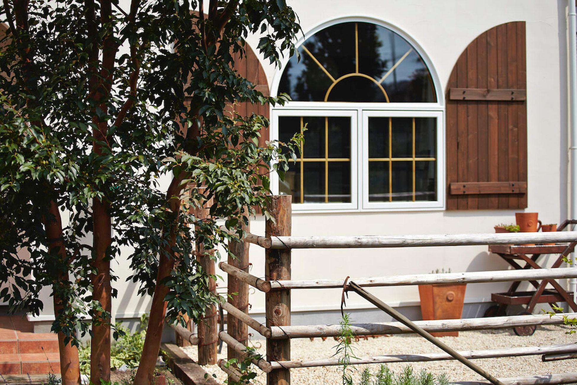 フレンチ プロヴァンススタイルのガレージハウス